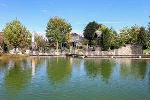 Eleganz rundherum: Großes, modernes EFH mit Schwimmteich, Wellnessbereich und weitläufigem Garten
