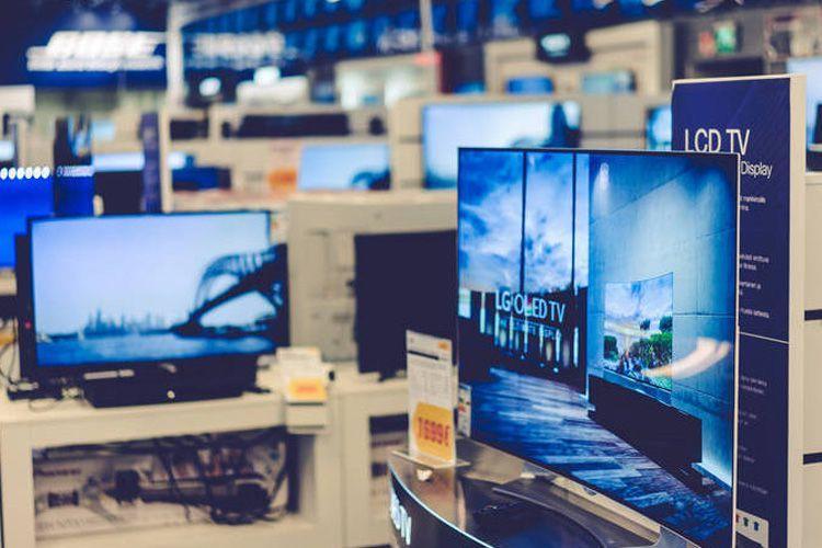 Aushilfe für den Verkäufer im Digitaltechnik-Supermarkt