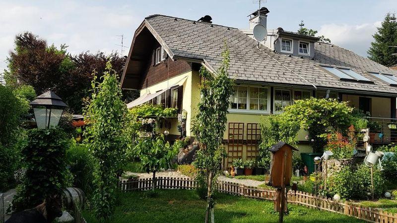Liebevoll sanierte Doppelhaushälfte mit herrlichem Garten in zentrumsnaher Ruhelage.