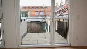 ARZTPRAXIS Erstbezug: Klimatisierte - 3-Zimmer mit schönem Balkon in den Innenhof