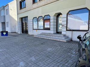 Interessantes Geschäftslokal mit vielen Schaufenstern und Parkplätzen - 013095