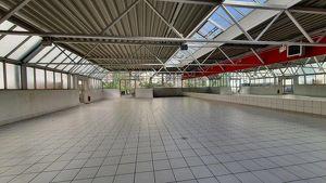 500m2 Ausstellungsräumlichkeiten, vielseitig verwendbar. Erweiterbar um ca 480m2 KFZ-Werkstatt.