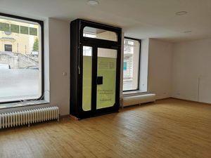 2000 Stockerau: Geschäftslokal mit 2 Schaufenster, 2 große Räume + Duschen