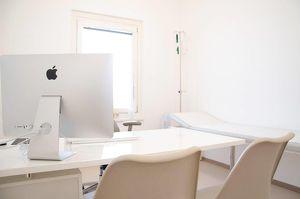 Modern, voll ausgestattete Räumlichkeiten einer Wahlarztordination