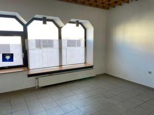 Interessantes Geschäftslokal mit vielen Schaufenstern und Parkplätzen - 0130950