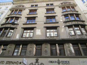 Altbaubüro Nähe Graben mit kleinem Balkon