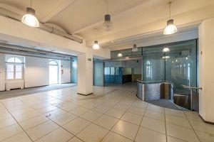 großzügiges Geschäftslokal mit Lagerflächen und Tresor // shop or office premises with storage spaces