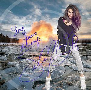 Selena Gomez in Island. Kunstdruck 40x40 cm. Souvenir. Fan-Artikel. Geschenk. Sammlerstück. Wanddekoration. BRANDNEU!