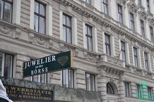 An der Börse - Renommiertes Juwelengeschäft