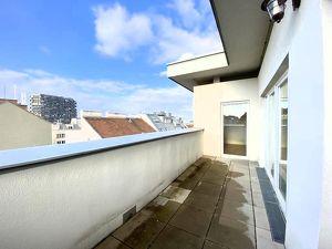 ÜBER DEN DÄCHERN DER STADT: Sonnige DG-Wohnung (115 qm) mit Terrasse und herrlichem Fernblick