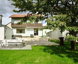 Grünblick: sonniges Einfamilienhaus mit hübschem Garten, Garage und Werkstatt, 2 Obergeschosse, vollunterkellert, Nähe S-Bahn Spillern, Bus 830 nach K