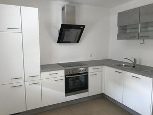 Neuwertige 2 Zimmer Wohnung, großer Südbalkon, Carport!