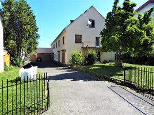 Riesiges, sanierungsbedürftiges Wohnhaus mit zahlreichen Lagerräumen und Garagen im Stadtgebiet von Feldbach - ideal für eine Großfamilie oder einen B