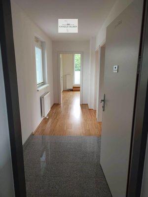 Neuwertige und Sonnige 2 Zimmer-Wohnung mit Balkon und 2 Parkplätzen