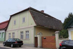 Sanierungsbedürftiges Bauernhaus mit Scheunen und Hof