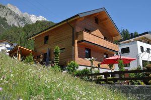 Flirsch am Arlberg: Großzügiges Haus in sonniger und ruhiger Aussichtslage