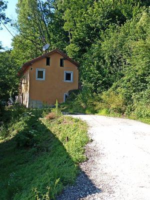 Grundstück mit einem Mehrparteienwohnhaus ( 4 Wohnungen )
