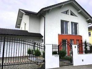 Neuwertiges Familienhaus in ruhiger Lage mit POOL/Doppelgarage und 5 Schlafzimmer für eine große Familie