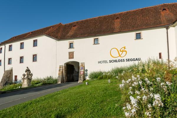 Hotel SCHLOSS SEGGAU - Eingangstor