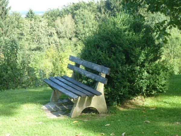 romantischer Sitzplatz im Grünen mit Blick zur Wallfahrtskirche