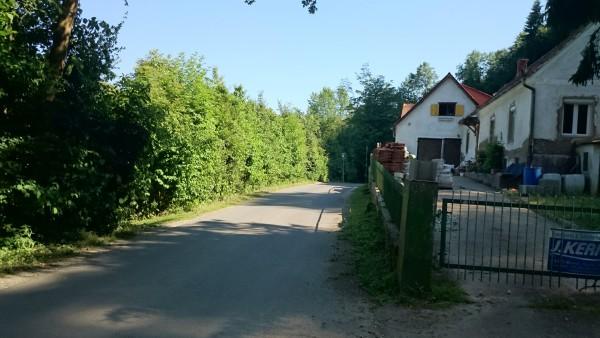 Links gegenüber des Hauses, hinter der Hecke ist die Hundewiese