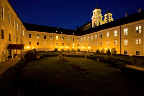 Schlosshof bei Nacht