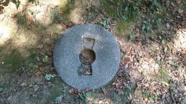 Einer der Mühlsteine als Schauobjekt